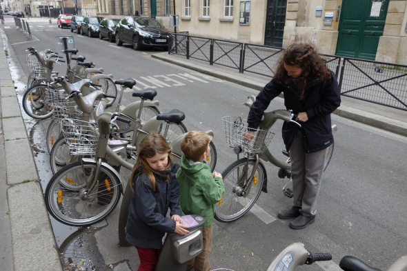 That's when we saw these.  Empty Paris + family bike ride = perfection!